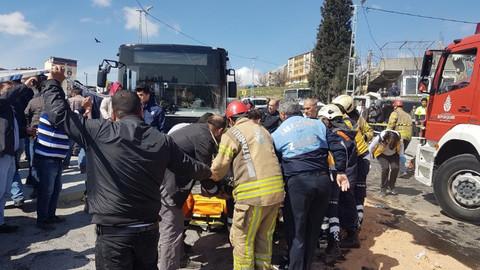 İETT otobüsü ile otomobil çarpıştı: 1 ölü, 8 yaralı