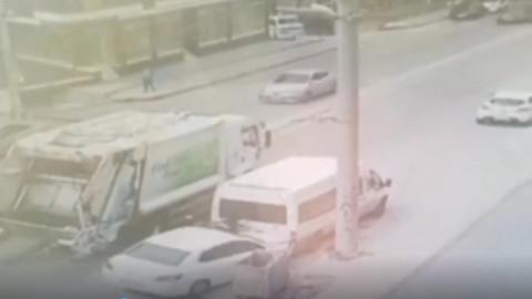 İzmir'de kontrolden çıkan otomobilin temizlik görevlisine çarpma anı kameralara yansıdı
