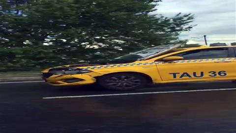 TEM Otoyolu'nda kaputu açık halde seyreden taksi herkesi şaşırttı