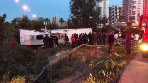 Adana'da yolcu otobüsü devrildi