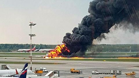Rusya'da iniş yapan yolcu uçağı alev aldı