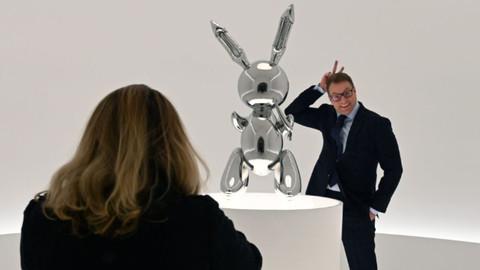 'Yaşayan bir sanatçıya ait en pahalı eser' rekorunu tavşan heykeliyle kırdı