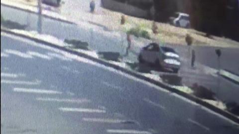 Otomobil çocuğa çarptı! İşte o anlar