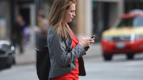Yolda yürürken bile telefon elden bırakılmıyor