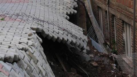 İzmit'te istinat duvarı çöktü!