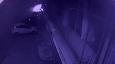 Polisten kaçan otomobil yayaların arasına böyle daldı