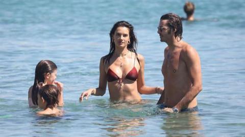 Alessandra Ambrosio yeni sevgilisi ve eski nişanlısıyla tatilde