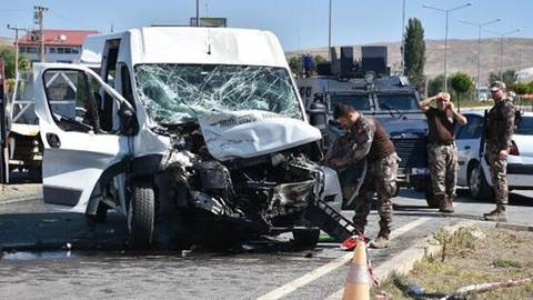 Özel harekat polislerini taşıyan minibüs kaza yaptı
