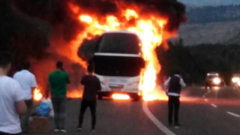 TEM'de, seyir halindeki otobüs yandı
