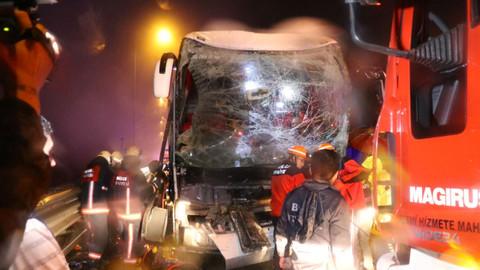 Bolu Dağı'nda yolcu otobüsü TIR'a çarptı!