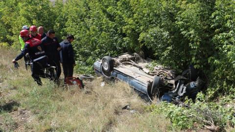 Sivas'ta bir araç şarampole devrildi