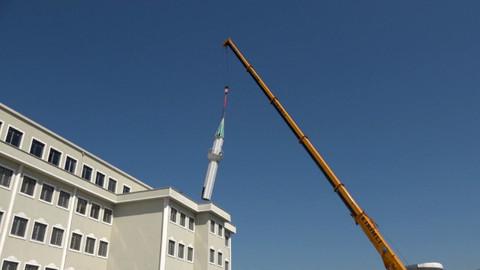 İmam hatip lisesinin çatısında yer alan minare vinçle kaldırıldı