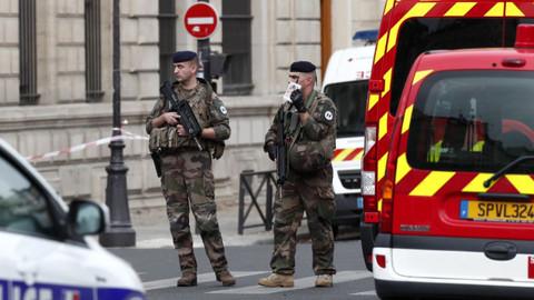 Paris Emniyet Müdürlüğü'nde bıçaklı saldırı!