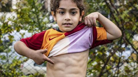 5 yaşındaki Arat, karın kaslarıyla fenomen oldu
