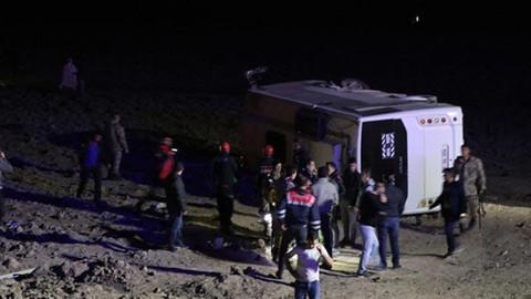 Van'da askerleri taşıyan midibüs tarlaya devrildi