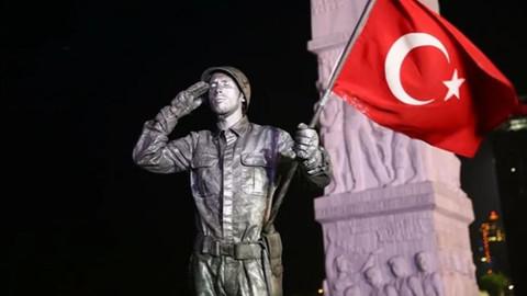 'Canlı heykel'den asker selamıyla rekor denemesi