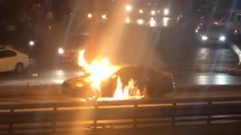 İstanbul'da lüks otomobil alev alev yandı