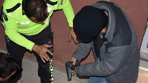 Kavgayı ayırmak isteyen polislere ateş açtı