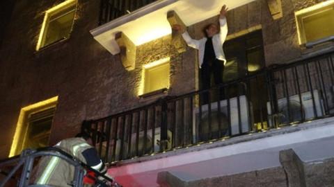 Bursa'da, balkonda mahsur kalan kadın dansa başladı