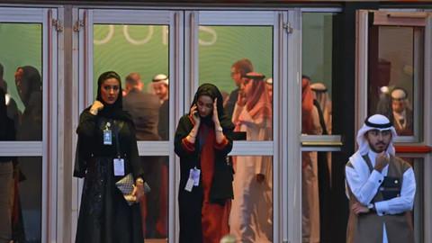 Suudi Arabistan'da bir ilk! Kadınlara erkeklerle aynı kapıdan geçme hakkı