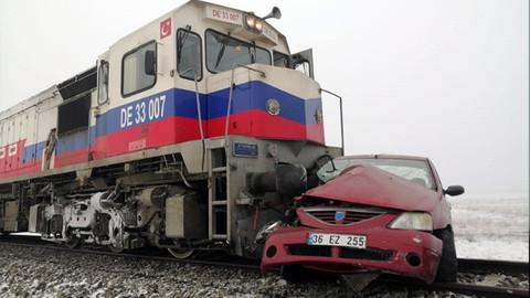 Kars'ta tren otomobile çarptı!