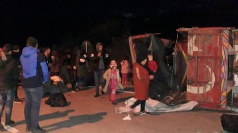 Çanakkale'de düzensiz göçmenleri taşıyan kamyon devrildi