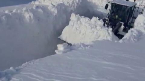 Yüksekova'daki kar kalınlığı iş makinesinin boyunu aştı
