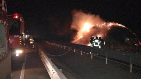 Gelibolu'da saman balyası yüklü kamyonda yangın