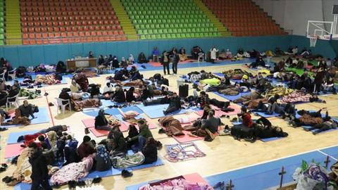 Depremden etkilenenler geceyi spor salonunda geçirdi
