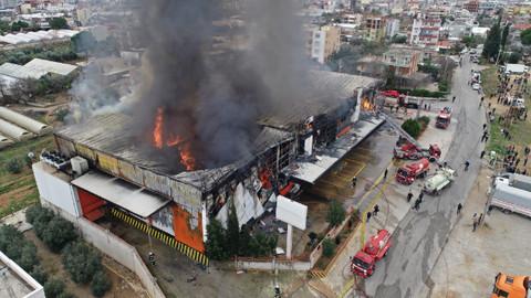 Antalya'da sebze meyve deposunda yangın