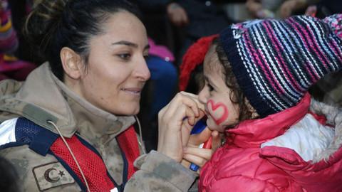 Kadın astsubaylar depremzede çocukları yalnız bırakmıyor