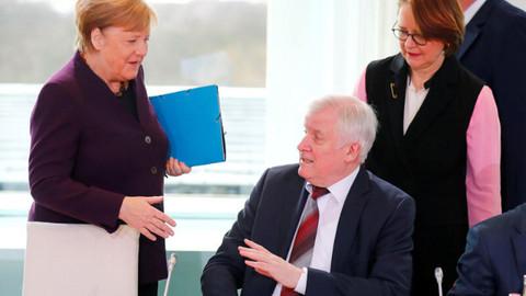 İçişleri Bakanı Merkel'in elini sıkmadı