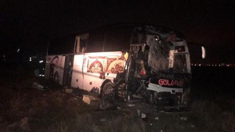 Yolcu otobüsü TIR'a çarptı!