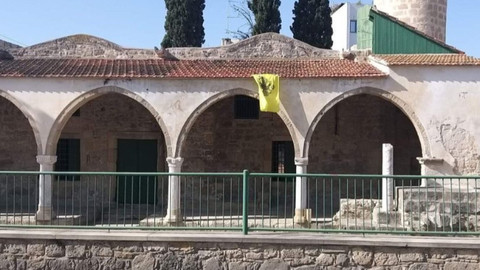 Kıbrıs'ta camiye Bizans bayrağı astılar