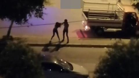 Genç kızı sokak ortasında dövdü!