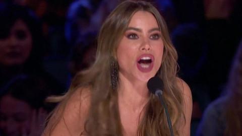 Sofia Vergara sahneden seyircilerin arasına düştü