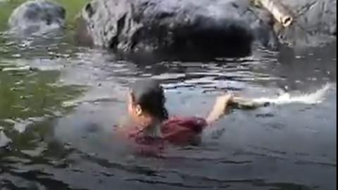 Bu kadın suya girince timsahlar kayaların arkasına saklanıyor