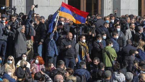 Ermenistan'da binlerce kişi Paşinyan'a karşı sokakta!