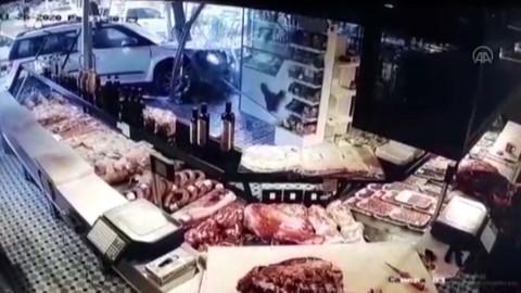 Kontroldan çıkan araç kasabın vitrininden içeri girdi