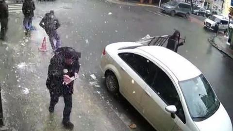 Caddede yürürken kafasına buz parçası düştü