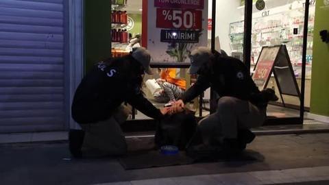 Polis ekipleri sokak hayvanlarını battaniyeye sardı