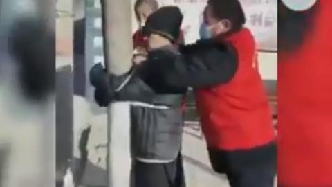 Çin'de karantinadan kaçmaya çalışan kişi ağaca bağlandı