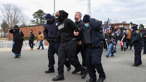 3 kişi gözaltına alındı! Trump destekçisi ve karşıtı gruplar birbirine girdi