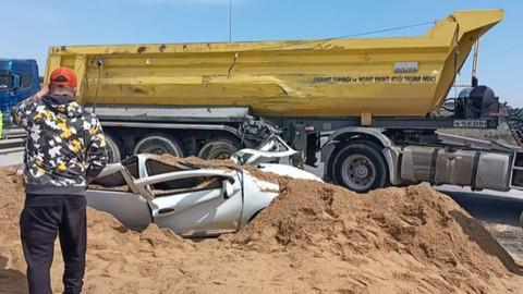 Hafriyat kamyonu aracın üstüne devrildi!