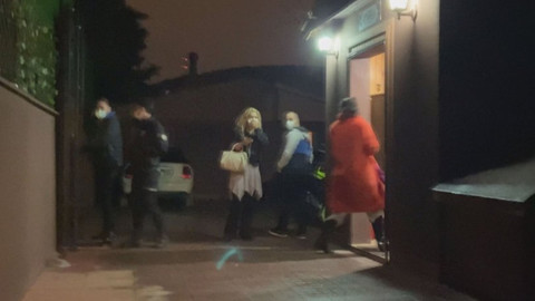 Villada 'kar maskeli' koronavirüs partisine polis baskını!