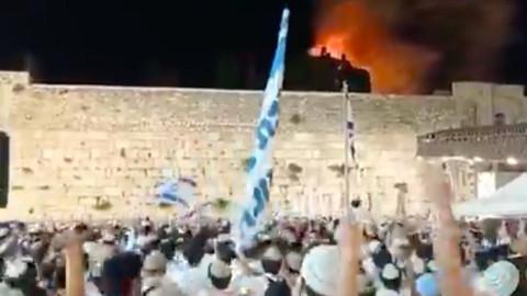 Mescid-i Aksa yanarken kutlama yaptılar