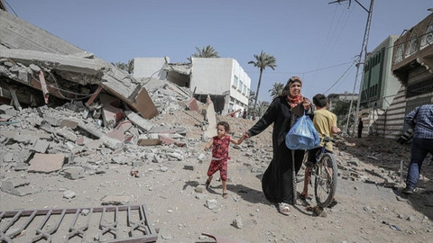 İsrail Gazze Şeridi'nde bir okulu ve evleri hedef aldı