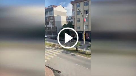 Eski enişteden sokak ortasında baltalı saldırı!