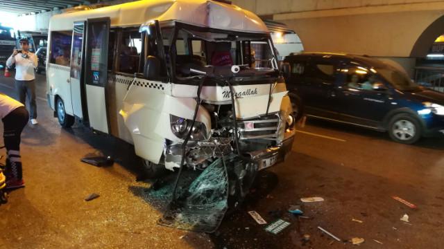 Minibüs durakta bekleyen halk otobüsüne çarptı: 10 yaralı