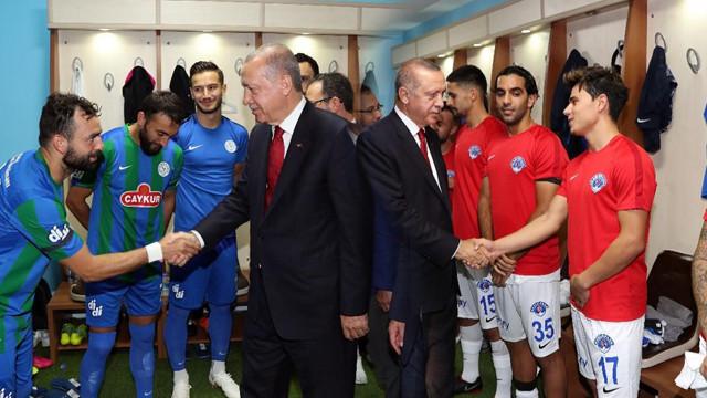 Cumhurbaşkanı Erdoğan, Rize-Kasımpaşa karşılaşmasını tribünden takip etti